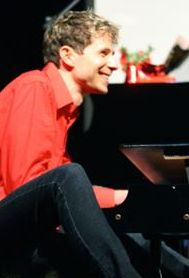 PIANO PLAYER JASON FARNHAM IN FREE CONCERT